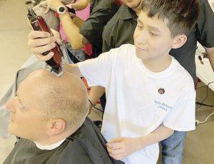 Se rapan y apoyan a niños con cáncer