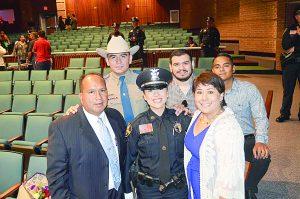 Es la única mujer   policía graduada