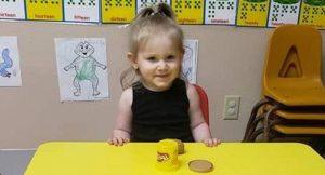 Niñera olvidó a una bebé en su auto y murió, sus padres habían batallado para tenerla