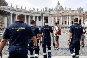 Rescatan a El Papa tras quedar atrapado en elevador