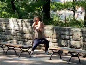 Pareja lucha a media calle porque ella intenta desbloquearle el celular