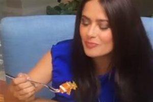 Llega Salma Hayek a CDMX; come enchiladas