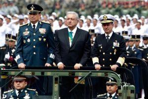 Encabeza AMLO su primer Desfile
