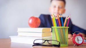 Colegio pone en un baño el escritorio de un niño autista