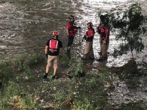 Rescatan a hombre arrastrado por la corriente del Río Santa Catarina