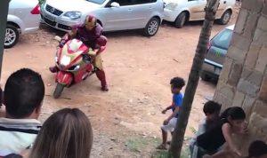 Tiene 'Iron Man' tremenda caída en fiesta infantil