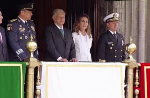Beatriz Gutiérrez llora de emoción en desfile de 16 de septiembre
