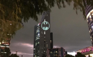 Reforma se ilumina con la Batiseñal en el Batman Day