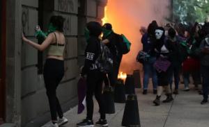 Registran destrozos durante marcha en favor del aborto en CDMX