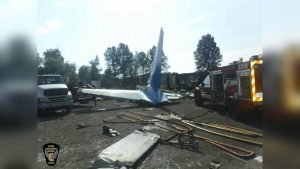 Mueren dos laredenses al caer avión