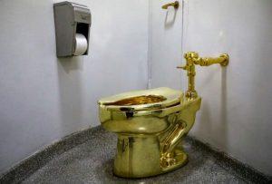 Roban famoso excusado de oro en Reino Unido