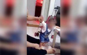 Hombre cacheta a su bebé para que aprenda a caminar