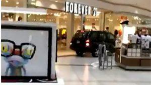 Hombre entra con vehículo a centro comercial de Illinois