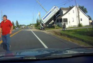VIDEO: Vuelca camión y termina encima de una casa