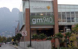 Asaltan a hombre en estacionamiento de Walmart; Se llevan $990 mil
