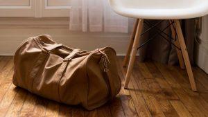 Mujer esconde a bebé en un bolso para sacarlo de su país