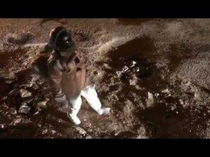 VIDEO: Protesta vestido de astronauta contra los horribles baches de su colonia