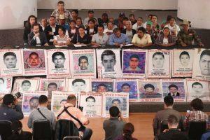 Promete Obrador justicia a padres de los 43 normalistas