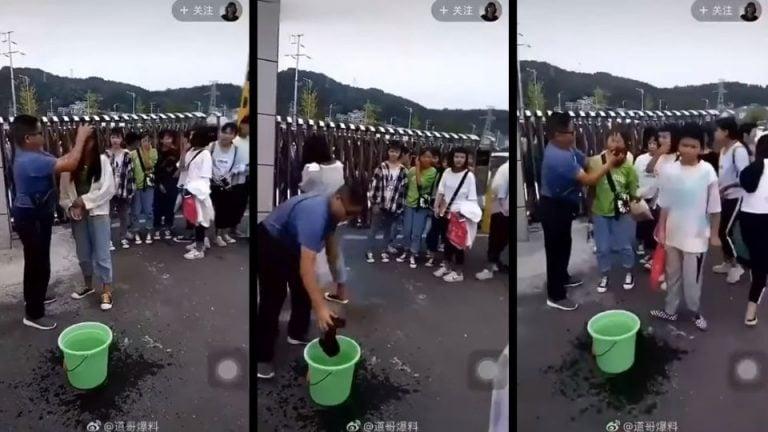 Maestro desmaquilla a sus alumnas en la entrada de la escuela