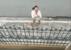 video-una-mujer-canta-y-baila-en-la-calle-para-buscar-el-perdon-de-su-novio
