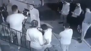 Así reacciona un grupo de hombres ante un 'peligroso' ratón (VIDEO)