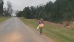 Papá hace caminar a su hija bajo el frío luego de hacer bullying (VIDEO)