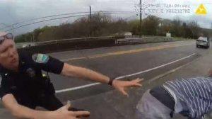 Hombre salta de un puente y policías lo agarran en el último segundo (VIDEO)