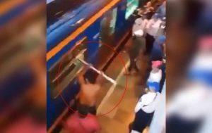 Brutal pelea a 'tubazos' en el metro de CDMX