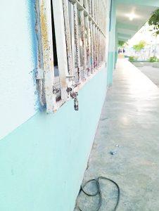 Dejan ladrones sin dinero para  barda a escuela