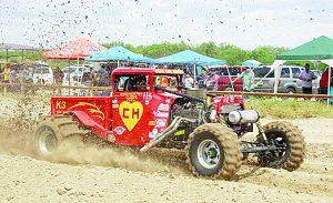 A bordo de sus 'monstruos' imponen condiciones sobre el fango en carreras parejeras del colosio