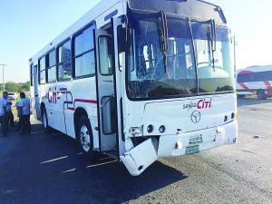 Estrella carro contra autobús