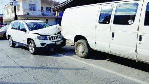 Estrella su camioneta contra Van