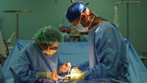 Mujer da a luz y el médico le arranca el útero en vez de la placenta