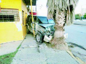 Destroza y deja su  vehículo