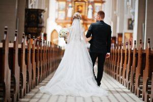 Sacerdote declara por error 'marido y mujer' a los padrinos de la boda