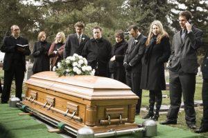 """""""Déjenme salir, ¡está oscureciendo aquí!"""": muerto 'reclama' durante funeral"""