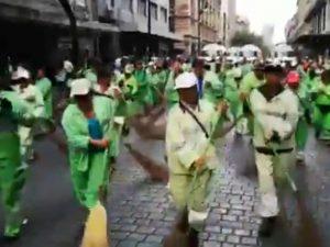 Decenas de trabajadores limpian calles tras marcha del 2 de octubre