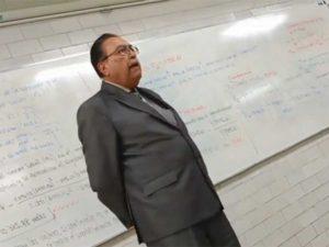 'Profe'  rinde homenaje a José José en plena clase