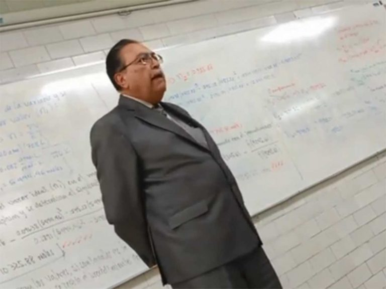 Profe y sus alumnos rinden conmovedor homenaje a José José