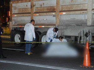 Mujer escapa de asalto, pero muere arrollada