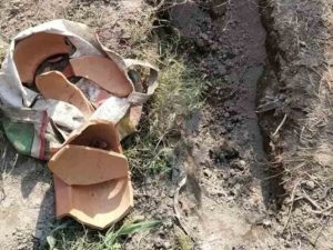 Encuentran a bebé enterrada viva durante funeral de niña