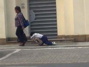 Captan a mamá arrastrando a su hijo para llevarlo a la escuela