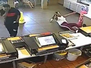 Gerente de McDonald's le avienta licuadora a clienta