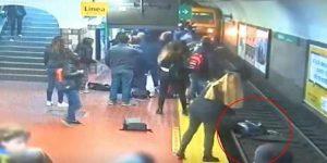 Hombre se desmaya y avienta a mujer a las vías del metro VIDEO