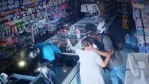 VIDEO: Ladrón calma y besa en la frente a una anciana durante robo