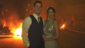 VIDEO: Recién casados celebran el amor frente a violentas protestas en España
