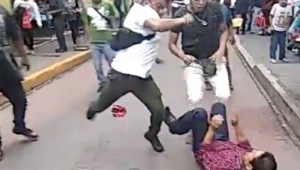 Agrede funcionario a comerciantes indígenas en Puebla; lo despiden