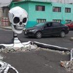 Calavera gigante emerge en calles de la alcaldía de Tláhuac