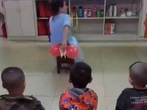 VIDEO: Maestra en China enseña a niños a limpiarse al ir al baño