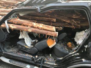 Conductor se estrella contra un camión cargado con troncos y se salva por unos centímetros (FOTOS)